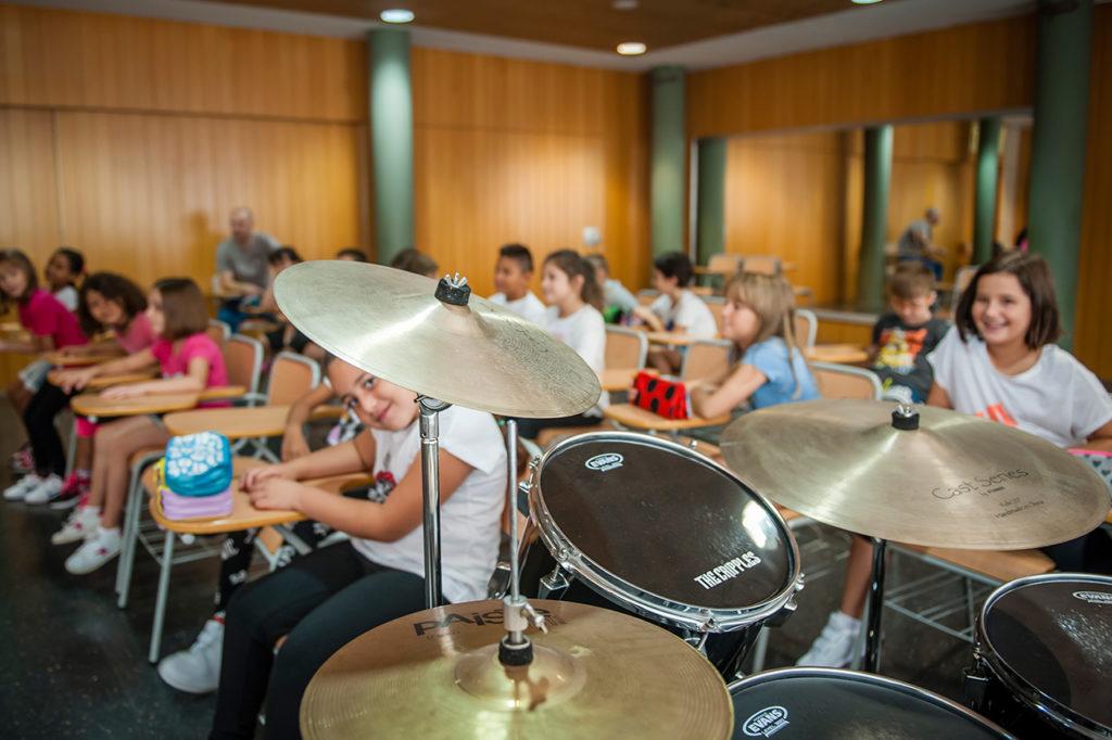 Vista del aula de música con la batería en primer plano.