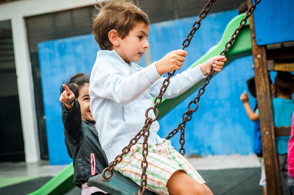 Carlos Alcañiz en el columpio del patio de infantil.