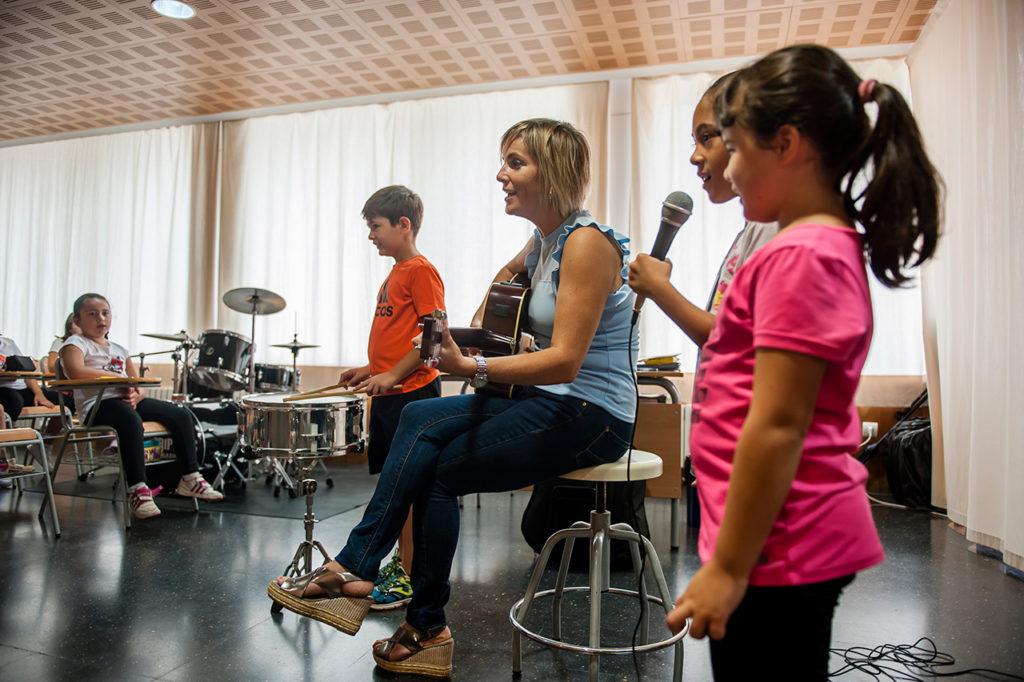 Niñas cantando junto a Pilar.