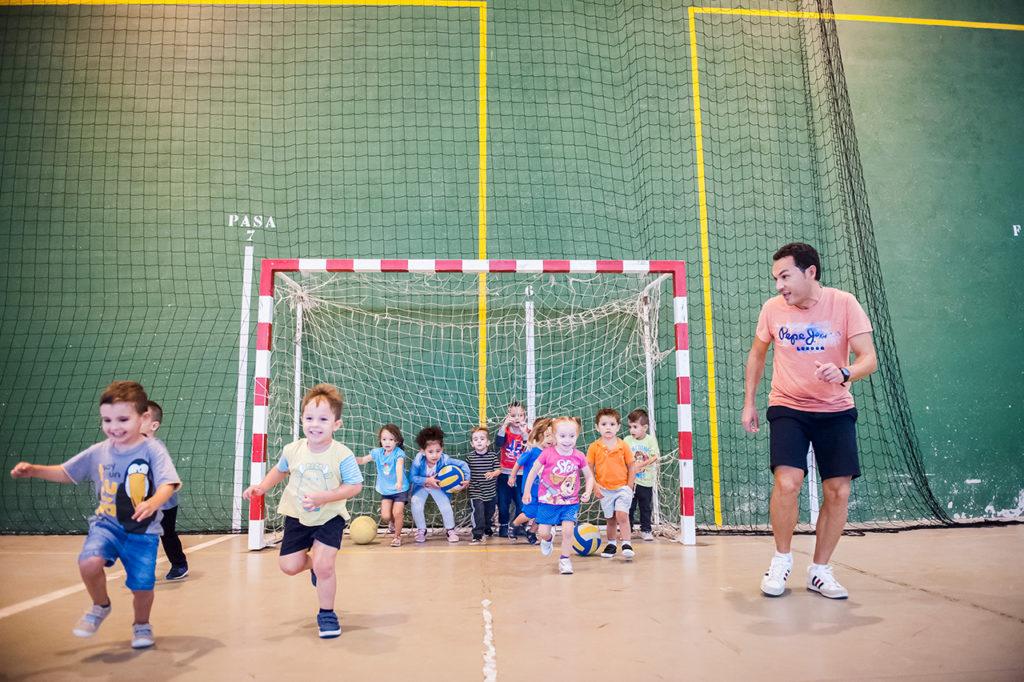Gerard Forment con alumnos/-as en el polideportivo.