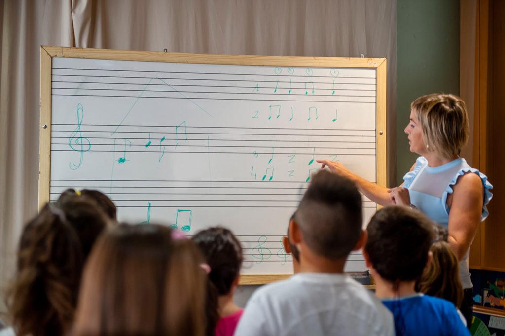 Pilar explicando en la clase de música.