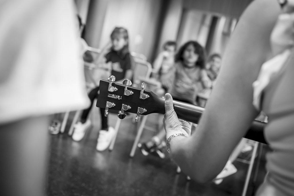 La inseparable guitarra de Pilar.