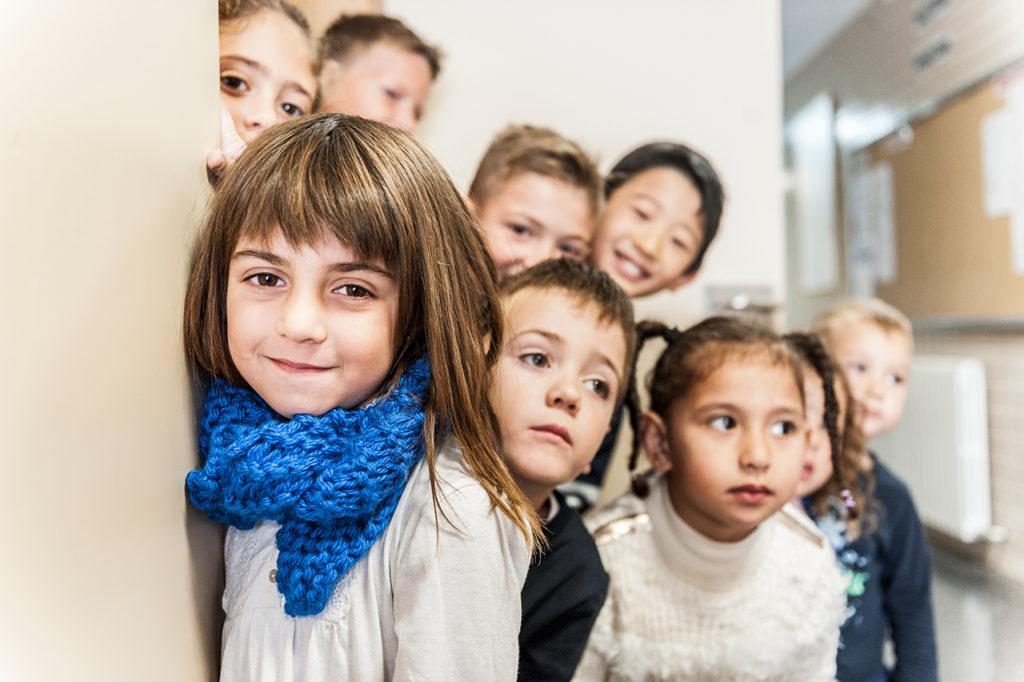 """Alumnos/-as posando para el cartel """"L'Escola ix al carrer""""."""